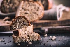 Brot Frisches Brot Selbst gemachtes traditionelles Brot Geschnittene Brotkrumen Messer und Kreuzkümmel Stockbild