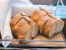 Brot geschnitten auf einem hölzernen Behälter Lizenzfreies Stockfoto
