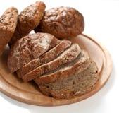 Brot geschnitten auf einem hölzernen Vorstand Stockfoto