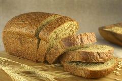 Brot geschnitten auf einen undeutlichen Hintergrund Lizenzfreies Stockfoto