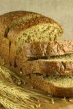 Brot geschnitten auf einen undeutlichen Hintergrund Lizenzfreie Stockfotos