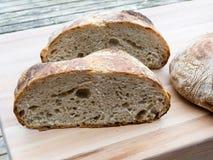 Brot geschnitten zur Hälfte Stockfoto