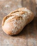 Brot Handwerker-Browns Rye auf hölzernem hackendem Brett lizenzfreies stockbild