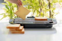 Brot im elektrischen Grill stockfotografie