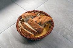 Brot im hölzernen Topf Stockbilder
