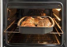 Brot im Ofen stockfotografie