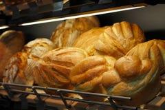 Brot im Regal im Speicher Stockbilder