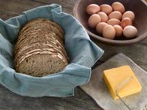 Brot, Käse und Eier Stockbild