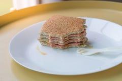 Brot legen mit Schicht des Schinkens auf einen weißen Teller stockfotografie