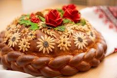 Brot liegt auf Stickerei Laibhochzeitstorte lizenzfreies stockbild