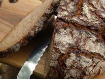Brot mit Brotmesser Stockbilder