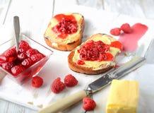 Brot mit Butter und Störung Stockfoto