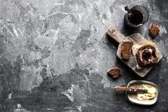 Brot mit Butter und Stau in der Weinleseart auf einem dunklen Hintergrund stockfotografie
