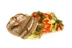 Brot mit dem Frischgemüse lokalisiert Stockfoto