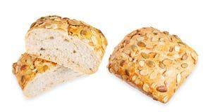 Brot mit den Kürbiskernen lokalisiert auf weißem Hintergrund Stück und geschnittene Rolle stockbild