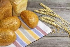 Brot mit den Ohren auf dem Tisch Stockfoto