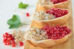 Brot mit den weißen und roten Johannisbeeren Stockfoto