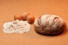 Brot mit Eiern und Mehl Lizenzfreie Stockfotografie