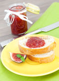 Brot mit Feigemarmelade lizenzfreies stockfoto