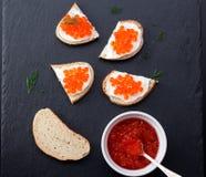Brot mit frischem Frischkäse und rotem Kaviar Stockbild