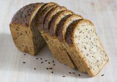 Brot mit gekeimtem Korn des Weizens stockfotos