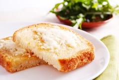 Brot mit Hüttenkäse Stockfoto