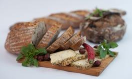 Brot mit Käse auf hölzerner Schneidebrettnahaufnahme Lizenzfreies Stockbild