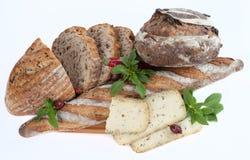 Brot mit Käse auf hölzerner Schneidebrettnahaufnahme Lizenzfreie Stockfotografie