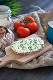 Brot mit Klumpen, Käse, Schnittlauch und Tomate Lizenzfreie Stockbilder