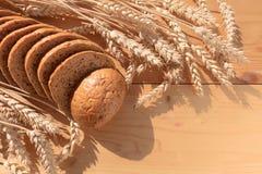 Brot mit Korn auf hölzernem Hintergrund stockbild