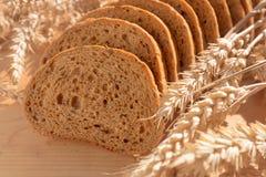 Brot mit Korn auf hölzernem Hintergrund stockbilder
