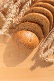 Brot mit Korn auf hölzernem Hintergrund stockfoto