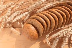 Brot mit Korn auf hölzernem Hintergrund lizenzfreies stockfoto