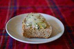 Brot mit Kräuterbutter Lizenzfreie Stockbilder