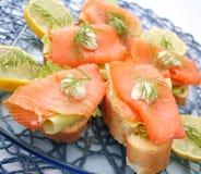 Brot mit Lachsfischen Stockbilder