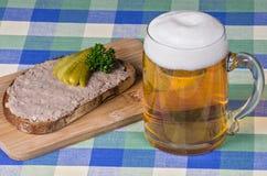 Brot mit Leberwurst und Bier Lizenzfreies Stockfoto