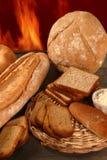 Brot mit mannigfaltigen Formen und Bäckereifeuer Stockbild