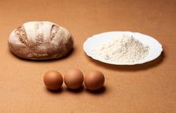Brot mit Mehl und Eiern Lizenzfreie Stockbilder
