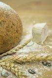 Brot mit Mehl und Hefe Lizenzfreie Stockfotografie