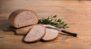 Brot mit Messer Lizenzfreie Stockbilder