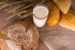 Brot mit Milch Lizenzfreie Stockbilder