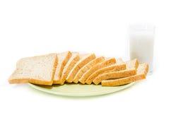 Brot mit Milch auf weißem Studio Stockfotos