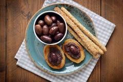 Brot mit olivgrüner Pastete Lizenzfreie Stockfotos