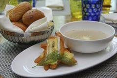 Brot mit Pilzsuppe lizenzfreie stockfotografie