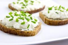 Brot mit Quark und Schnittlauchen Lizenzfreie Stockbilder