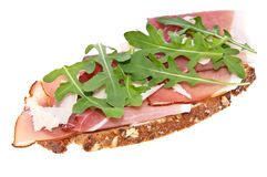 Brot mit Schinken, Parmesankäse- und Raketensalat Stockbild