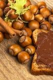 Brot mit Schokoladencreme und -haselnüssen auf Tabelle Lizenzfreie Stockbilder