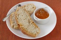 Brot mit Störung in der Schüssel Lizenzfreie Stockfotos