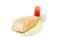 Brot mit Stau von Milch auf weißem Studio Lizenzfreies Stockbild