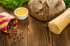 Brot mit Teigwaren, Grüns, Öl und Pfeffer auf Holz Stockfotos